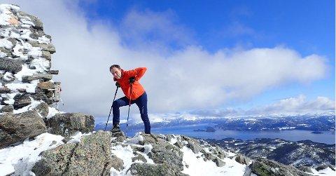 Dennis Solbjør på toppen av Freikollen. Kristiansunds høyeste fjell er som vanlig et av turmålene i turkassetrimmen Stikk Ut. Foto: Steinar Brunsvik