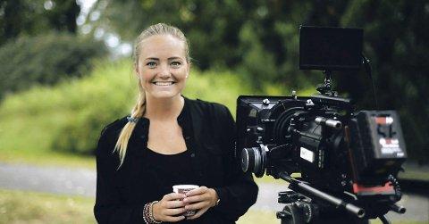 SOLOREGISSISØR: For første gang har Emilie K. Beck (23) fra Nøtterøy sittet i regissørstolen alene. Her fra innspilling i Rosahaugparken i fjor sommer. FOTO: ARIEL FILM