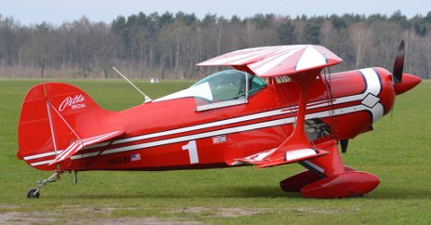 AKROBATFLY: Det var et fly av typen Pitts som styrtet i kornåkeren ved Ekeberg skole tirsdag ettermiddag. Flyet er spesialkonstruert for luftakrobatikk, og er blant annet kjent for å kunne holde svært høy hastighet til tross for at det er en dobbeltdekker.