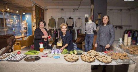Ideen tok form: Det var da Juliane Josephsen (i midten) arrangerte «funky frokost» i Arendal sammen med venner i mai i fjor, at motblogg-ideen for       alvor tok form. Tina Schoolmester og Juan Fabres hjalp til med den grønne fro-kosten, som vekket stor begeistring. Foto: Mona Hauglid