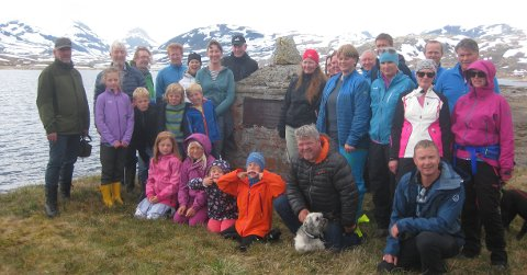 Ved minnesteinen: Nokre av etterkomarane til Kari og Gudbrand ved minnesteinen på Tvindehaugen, med utsikt til toppane vest for Tyin. Dagens Gudbrand Andrisson Skattebo (9) rett til venstre for støtta i blå jakke.