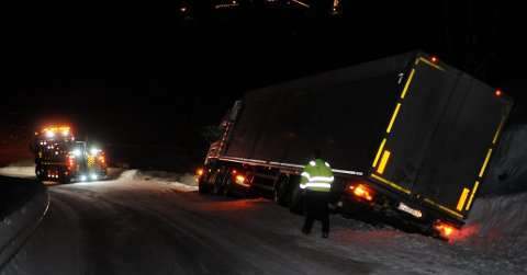 """SAME SPORET: Eit vogntok hamna i grøfta ved Hømandberg på Strønd i Nord-Aurdal i 20.30-tida sundag kven, og her har bergingsbilen kome til staden. Utforkjøringa skjedde på same stad som eit anna vogntog kjørte ut for få dagar sidan. Legg merke til """"brøtesporet"""" etter den førre lastebilen mellom bergingsbilen og dagens grøftekjørar."""