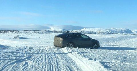 Det hender hver eneste vinter at noen på hjul tar feil og havner der det er kjørt opp for folk på ski. I dag skjedde det i nærheten av Nøsen. Foto: Innsendt