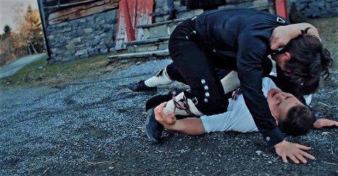 """Til døde: Dramatikken råder i musikkvideoen med Gåte, der Ådne Kolbjørnshus til slutt """"tar livet"""" av Håkon Håvelsrud Odden i Hemnarsverdet."""