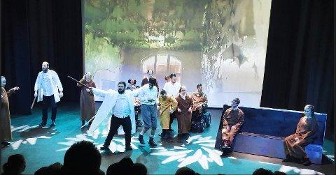 I AKSJON: Fjorårets kulturpris gikk til Det Grenseløse Teateret, her fra en dramatisk scene i Peer Gynt. Nå kan du nominere nittedøler, enten det er personer, grupper, lag eller foreninger, innen kategoriene kultur, ildsjel, ung utøvende kunster, ung idrettsutøver, tilgjengelighetspris eller miljøaktivitet.