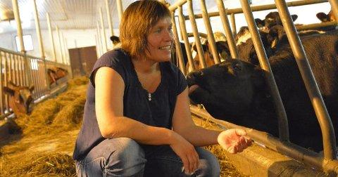 LEVENDE MELKEFJØS: Kari Åker som er leder i Trøndelag bondelag, vil gjerne ha levende melkefjøs, men sier likevel det var nødvendig å ta ned melkekvoten i regionen og landet forøvrig.