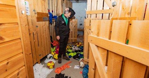 OPPGITT: For tredje gang på to år har det vært innbrudd i klubbhuset til Ås IL. Geir Sneis i Ås IL Fotball prøver å få oversikt over hva som er stjålet eller ødelagt.