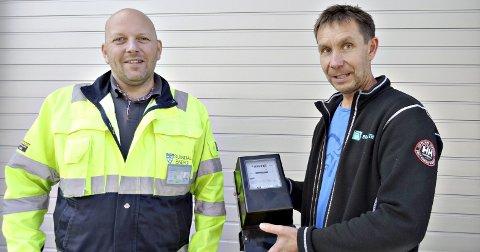 Utskifting: Terje Monsøy, prosjektleder hos Sunndal Energi (til venstre) og Ingar Bugge, faglig ansvarlig hos Bratseth AS viser fram en gammel måler som nå vil bli skiftet ut.