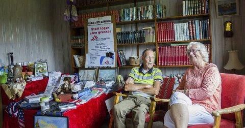 LOTTERIGEVINSTER: Ole-Jacob Røren og Bodil Gryting hjemme i stua, som er fylt til randen av lotterigevinster de har mottatt.