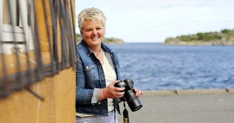 Klar for utstilling: I dag åpner Turid Karlsen Danielsen (53) sin første fotoutstilling med bilder fra hennes opplevelser mellom himmel og hav ute på Fie.foto: stig sandmo
