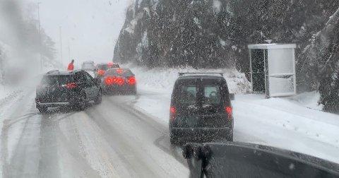 Flere biler med problemer på toppen av Nulandsbakken.