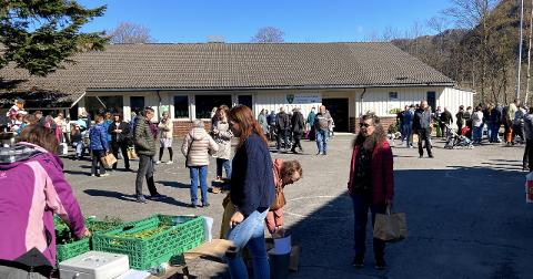 MYE FOLK: Det var mye folk utenfor Kiellands Minne skole i dag.
