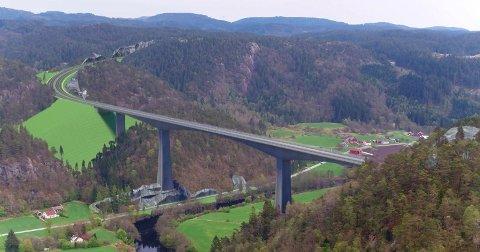 EKSTREMT HØY: Brua over Audna i Lindesnes kommune blir den største konstruksjonen med en lengde over 550 meter og seilingshøyde på mer enn 100 meter.