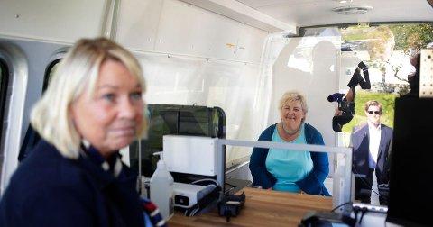 Justisminister Monica Mæland (H) og statsminister Erna Solberg (H) på innsiden av en av de to nye passbussene. Foto: Javad Parsa / NTB