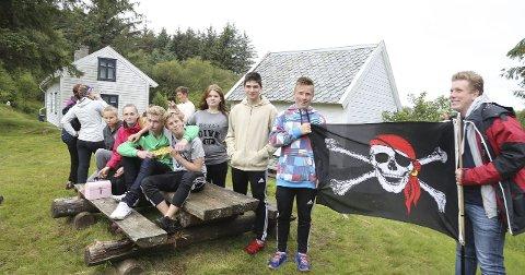 SKATTEJAKT: Radøy ungdomsråd inviterte til skattejakt i Skageneset, og kunne freista med gull og godsaker.