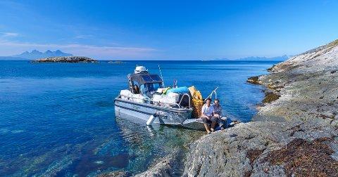 Fikk assistanse: Carl Erik Isaksen og Janne Gjøse fikk hjelp av organisasjonen «In The Same Boat» til å frakte de store mengdene innsamlet avfall fra tre strender. Det måtte gjøres i to vendinger. Bak i båten sitter Ika Permatasari. Hun jobber frivillig for organisasjonen.