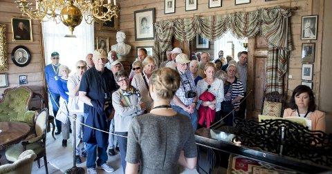 Elizaveta Agrafinina trollbinder et kobbel tyske turister med et musikalsk innslag i omvisningen av Edvard Griegs hjem. Annabel Guaita spiller pianoet til Agrafininas sang.