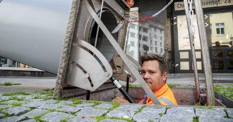 Et par titalls meter under bakken samles avfallet som kastes i bossnettets nedkast. Drifts- og markedsansvarlig for Bir Nett, Lars Petter Jørgensen, viser frem konteinerne under bakken. Flere forbipasserende gjorde store øyne da hullet i bakken kom til syne.