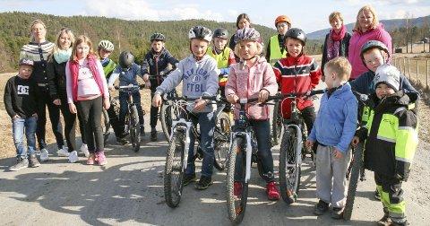 Farlig skolevei: Over 50 barn går daglig langs veien. Nå er FAU ved Nerstad skole lei av å vente på fartsregulerende tiltak, og klager direkte til ordføreren.