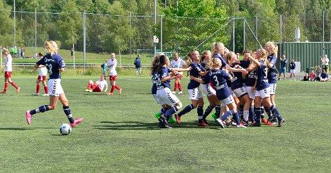 TOK BRONSE: Her jubler Lier-jentene for bronse i J19 7'er i fjorårets Norway Cup. I år har Lier med to jentelag.