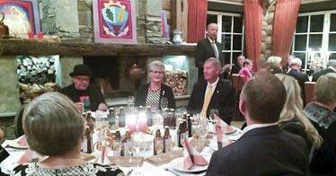 HERSKAPELIG: NAV Eiker har hatt flere sammenkomster på Ek gård i Vestfossen. Her ønsker president Svein Gunnar Warloff velkommen.