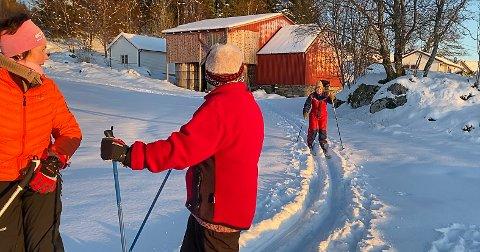 RASKA PÅ: Merete Ask og Elin Helle ventar noko utolmodig på Kari Hansen for å bli fotograferte saman.