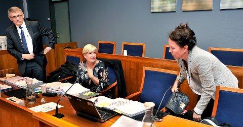 - ALVORLIG: Klinikksjef Eirin Paulsen (midten) mente de var nødt til å reagere på bakrunn av de opplysningene de hadde om jordmor Cecilie Jensens sykmelding. Til venstre advokat Jan Backer, til høyre HR-rådgiver Ane Grimsrud.