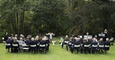 Seremoni ute: Bildet er tatt fra en livssynsåpen urneseremoni. Det er fullt mulig å ha det i egen hage, men denne seremonien ble holdt på et privat utleiested. (Foto: Jølstad)
