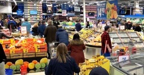 På Nordby Supermarket har man opp mot 20 kasser for å betjene kunder. Torsdag ettermiddag var alle åpne, og samtlige hadde køer som strakte seg gjennom store deler av butikklokalet.