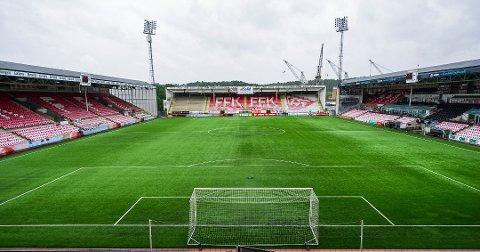 GAMMELT OG SLITT: Både FFK og kommunen mener det er på tide å bytte ut kunstgresset på Stadion.