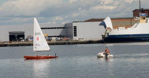 FØLGE: Anders Kristiansen er der i en følgebåt for å passe på at ikke noe skjer under VM-oppkjøringen