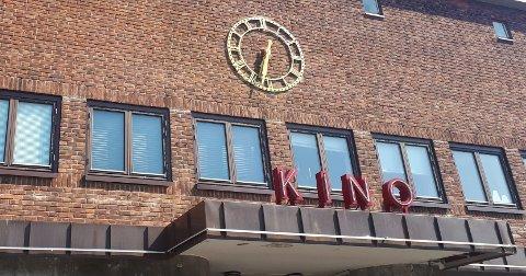 INGEN TIKKING: Det er over to år siden Gjengangeren sist skrev om klokka over kinoen. Da lovte daværende kommunalsjef Geir Kjellsen å gå videre med saken. 627 dager seinere er saken gått videre med, men tiden står fortsatt stille.