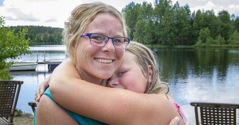 Kvalitetstid: Mamma Linda og Kilma storkoser seg på bondegårdsferie i Eidskog – bare ni kilometer hjemmefra. – Her kan vi senke skuldrene og bare slappe av og kose oss, forteller mamma Linda.Bilder: Kjell R. Hermansen