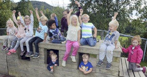 Hurraaa: Bjørklund barnehage får 80.000 kroner av bok-overskuddet, noe ungene i barnehagen er jublende glade for.