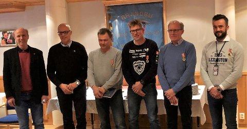 HEDER: Bragdkomiteen's medlemmer, Bjørn Ola Skavern og Per Halvard Aschim med stolte mottakere av hedersmedalje. Fra høyre Pål Arne Sangnæs, Egil Lindahl, Morten Fosse og Leif Tore Johansen.