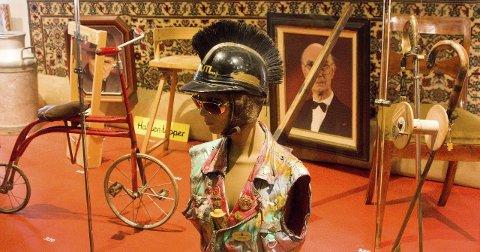 350 gjenstander: Mann født i 1969 har lånt bort denne jakka. I utstillingsheftet står jakkas historie markert med «326: Jakke, hjelm og solbriller», samt historiene til de resterende 349 gjenstandene i utstillinga.