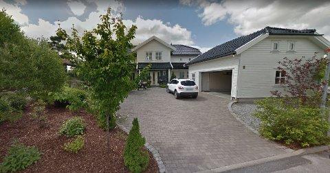 TIL SALGS IGJEN: Egentlig hadde boligen i Frydenlundveien 44 fått nye eiere. Men kjøperene hadde ikke finansieringen i orden. Nå må eieren legge boligen ut i markedet på nytt.