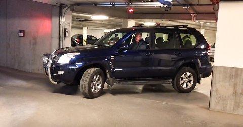 PROBLEMER: Sjåfør Odd Kildal har store problemer med å ta seg inn og ut av parkeringskjelleren.