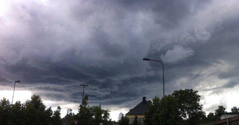MØRKE SKYER: Etter noen skikkelige sommerdager, blir det langt gråere og våtere i helgen. (Foto: Geir A. Carlsson)