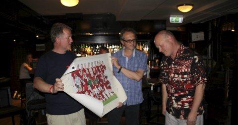 Takknemlig: Thomas Larsen Bergheim ble utnevnt til æresmedlem og fikk en poster/tegning av Bill Shankly og hans spillere, med originalautografer fra mange av dem. Alle foto: Privat
