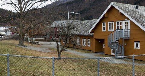Stort uteområde: Jondal barnehage ligg ved sidan av skulen og har eit stort uteområde på baksida av barnehagen, der og leikeapparata er. Begge Foto: Sondre Lingås Haukedal