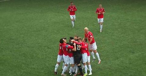 DRØMMETREFF: Vard-spillerne kaster seg over kaptein Roy A. Miljeteig etter at han hadde smelt inn 3-0 fra langt hold.