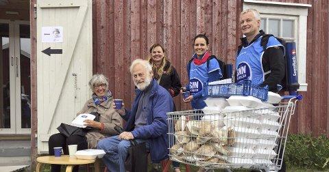 Gjengangere: Utstillerne Brit Paulsen og Thor Thorsen takket hjertelig for mat og avis. De er på Galleria for sjette gangen.