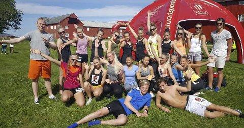 2017: Dette er noen av elevene fra Mosjøen videregående skole idrettslinja som stilte opp i Alstahaug maraton i fjor. Lørdag er det om lag 40 fra skolen som løper en av distansene i løpsfesten på Tjøtta.   FOTO: PRIVAT