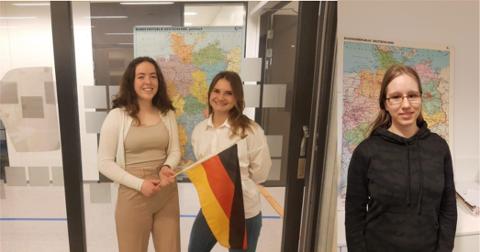 SIGER: Ingeborg Undheim Gundersen og Julianna Zofia Jaworska, og Julia Holen, vann to kategoriar under ein nasjonal språkkonkurranse.