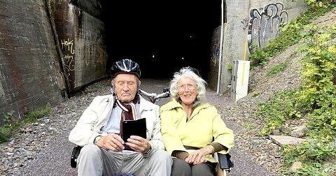 Åpner turveien offisielt: Men her prøver Olaf (89) og Tove Miller Sando (83) både turveien og tunnelen midtveids på strekningen.