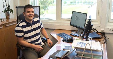 Fungerande ordførar: Hans Inge Myrvold smiler i ordførarstolen, trass i dårleg plassering på kommunebarometeret.foto: torstein lund eik