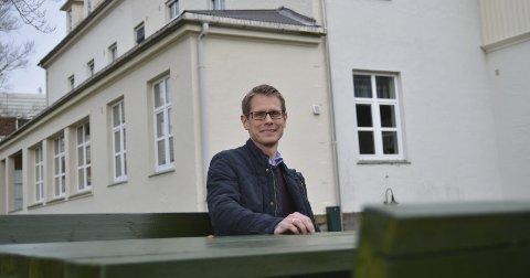 SJUKEPLEIAR: Thomas Ørbeck er sjukepleiar ved Valen sjukehus, og håper at fleire menn vil søka seg til yrket.