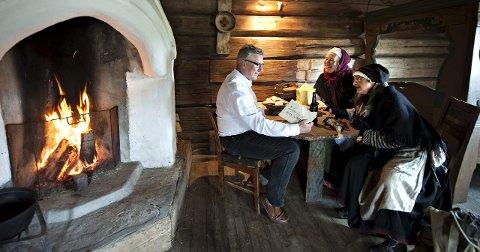 Ganske Høytidelig: Her får ordfører'n overrakt den offisielle invitasjonen til årets Matfestival. FOTO: STÅLE WESETH