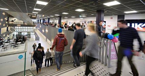 FULLT TRØKK: Krona er full av folk som bruker kantina, biblioteket, kinoen eller Musikkteateret.